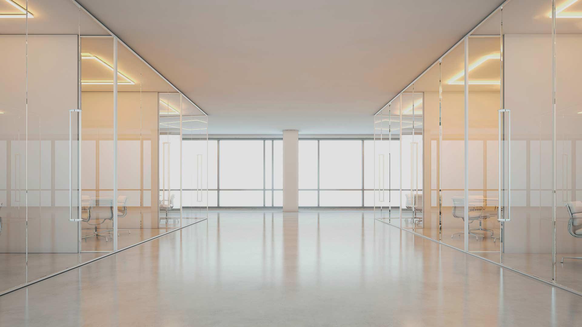 Innvendig kontorlokale med glassvegger og gulvbelegg på gulv
